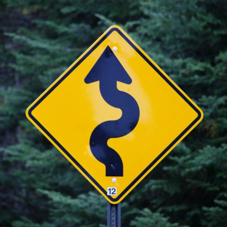 Straßenschild auf der ein Pfeil die Richtung vorgibt Social Media